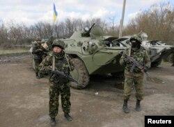 Українські військовослужбовці на блокпосту біля Ізюма. Квітень 2014 року