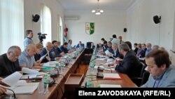 За перенос выборов проголосовали 25 депутатов из 29 голосовавших, четыре голоса было против