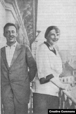Блок с женой на балконе свой квартиры. Снимок С.Алянского. 1919