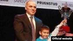 Nodirbek Abdusattorov jahon chempioni Garri Kasparov bilan. (Surat wycc2012.com saytidan olindi)