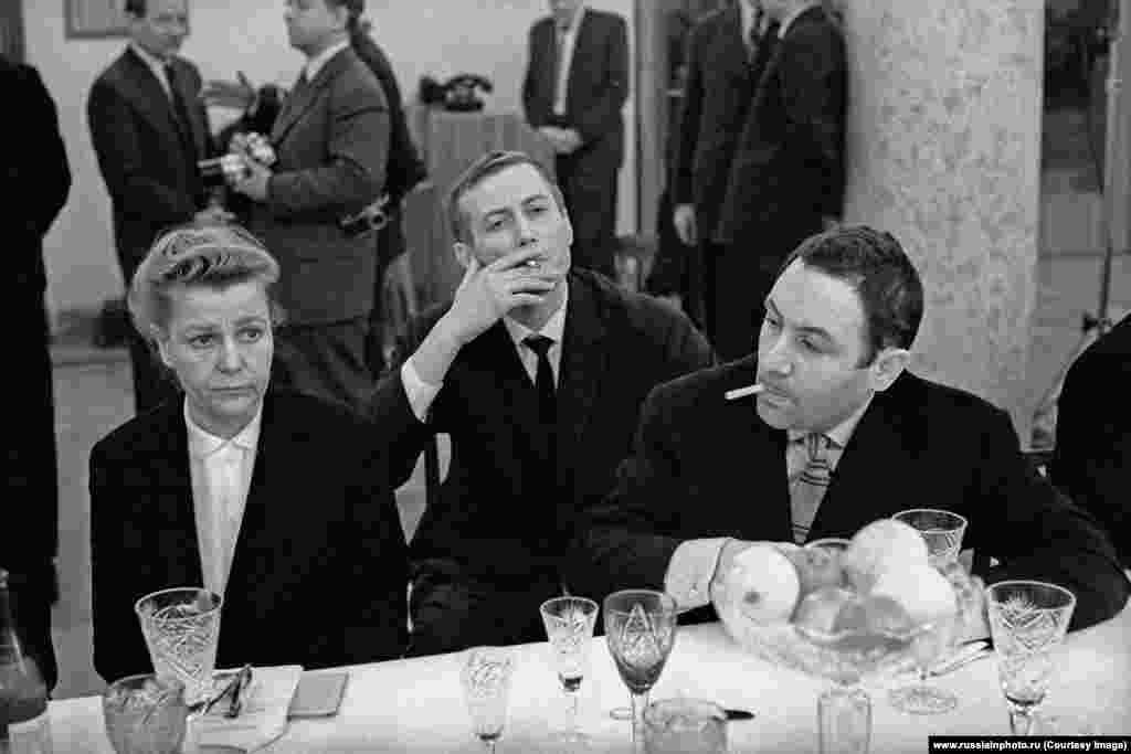 Министр культуры Екатерина Фурцева, поэт Евгений Евтушенко и скульптор Эрнст Неизвестный, 1962