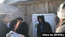 Активисты задают вопросы представителю выездного зоопарка. Шымкент, 23 января 2020 года.