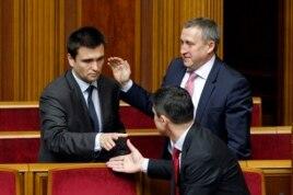 Украина сыртқы істер министрі қызметіне жаңадан тағайындалған Павел Климкинді (сол жақта) бас прокурор Виталий Ярема (төменде) және бұрынғы СІМ Андрей Дещица құттықтап тұр. Киев, 19 маусым 2014 жыл.