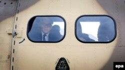 Almaniyanın xarici işlər naziri Frank-Walter Steinmeier qəza yerinə vertolyotdan baxır