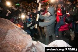 Повалення пам'ятника Леніну у Києві під час Майдану. 8 грудня 2013 року