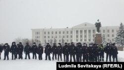 Полицейские охраняют от протестующих площадь Ленина в Пскове