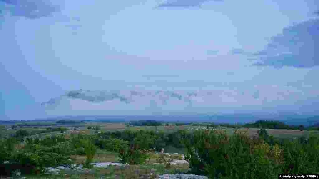 Когда туристы после экскурсии поднялись на поверхность, очертания вечернего Чатыр-Дага уже с трудом проглядывались в пелене облаков