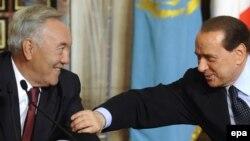 Қазақстан президенті Нұрсұлтан Назарбаев (оң жақта) пен Италия премьер-министрі Сильвио Берлускони.