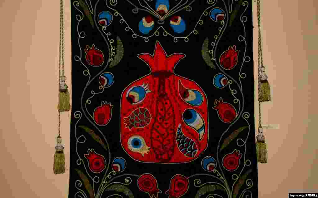 Особенностьюкрымскотатарских вышивок, является отражение символов жизни, нравственности и культуры посредством растений.