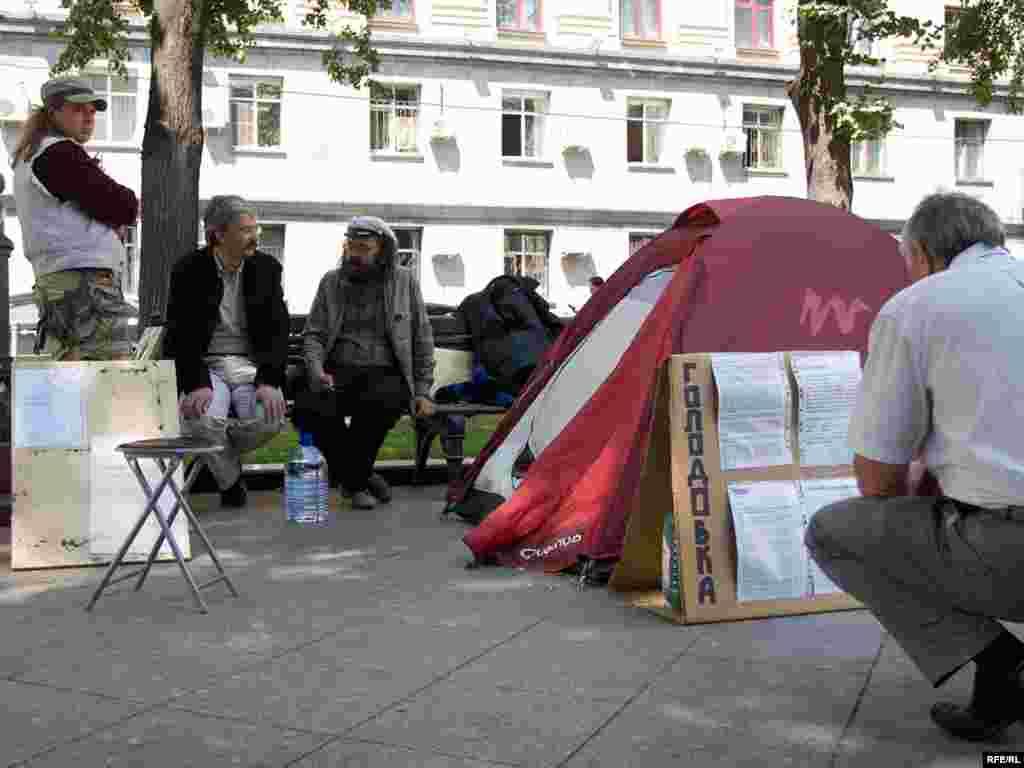 13-й день голодовки художников против произвола милиции. Москва, Тверской проезд