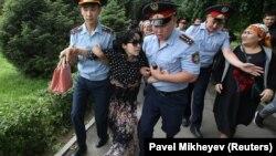 په قزاقستان کې پولیس د مظاهره چیانو د نیولو په حال کې
