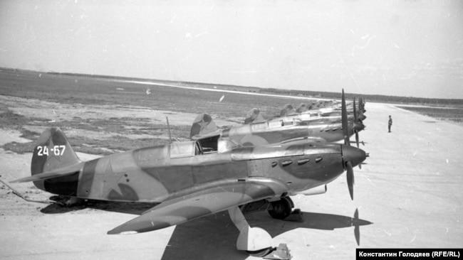 ЯК-7 на заводском аэродроме. 1942 г. Фото: Аркадий Шайхет