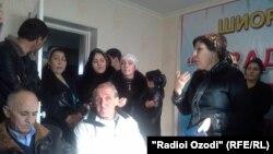 Женщины, ворвавшиеся на пресс-конференцию оппозиционной партии. Душанбе, 10 декабря 2013 года.