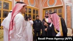Сауд Арабиясынын падышасы Салман бин Абдел Азиз, ханзаада Мухаммед бин Салман Хашогжинин уулун кабыл алып жатышат. 23-октябрь, 2018-жыл. Эр-Рияд.