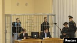 Подсудимые Дмитрий Коновалов и Владислав Ковалев - в клетке и в наручниках.