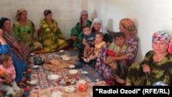 Таджикские женщины с детьми. 5 июня 2011 года.