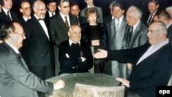Михайло Горбачов (у центрі), Гельмут Коль (справа), Ганс-Дітер Ґеншер, міністр закордонних справ Німеччини (зліва) на дачі Горбачова в Архизі. 15 липня 1990 року