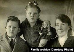 Эллен Мякеля с сыном и дочерью, Сортавала, 1949 г.