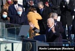 Joe Biden amerikai elnök elmondja beszédét, miután esküt tett az Egyesült Államok 46. elnökeként a Capitolium nyugati frontján, Washingtonban, 2021. január 20-án. REUTERS / Kevin Lamarque