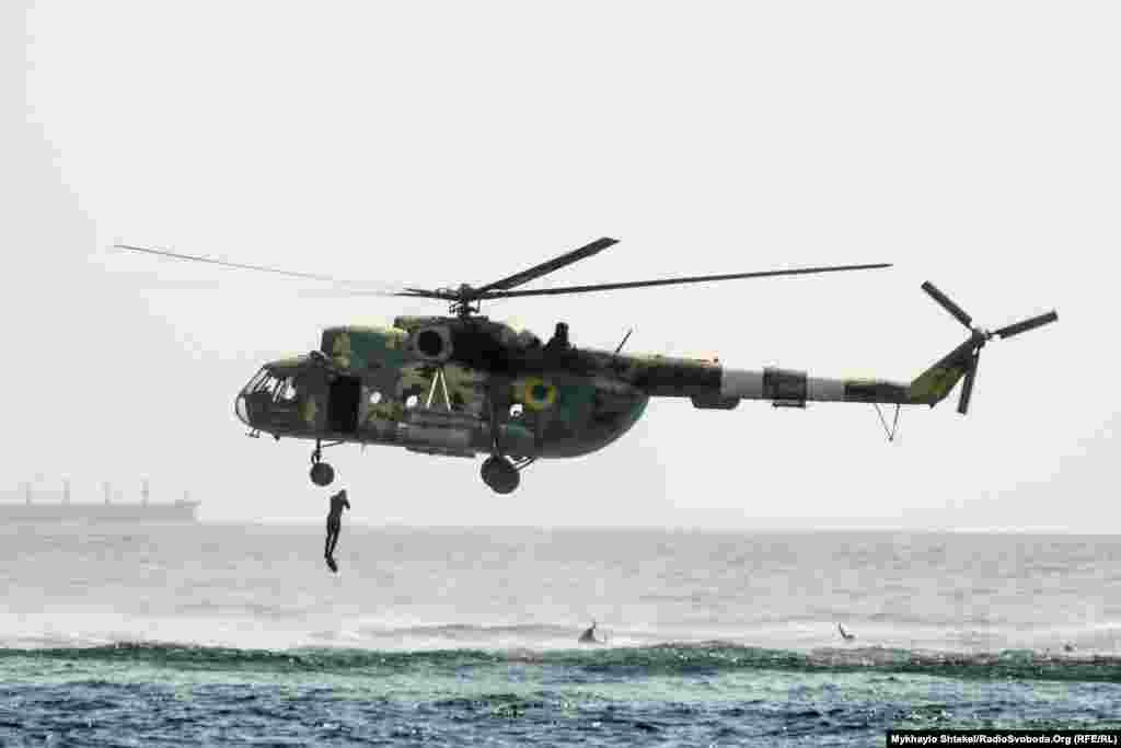 Дэсантнік скача зь верталёта ў мора