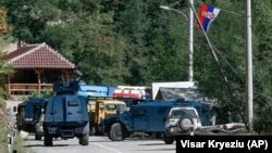 Policia parkon veturat pranë barrikadave në afërsi të pikëkalimit kufitar në Bërnjak.