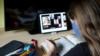 илустрација, ученичка следи онлајн настава