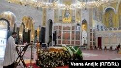 Kovčeg sa telom preminulog patrijarha Irineja u hramu Svetog Save u Beogradu, 21. novembar