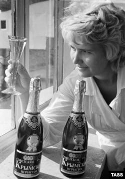 Хімік-аналітик лабораторії заводу шампанських вин «Новий світ» з пробою вина, 1972 рік
