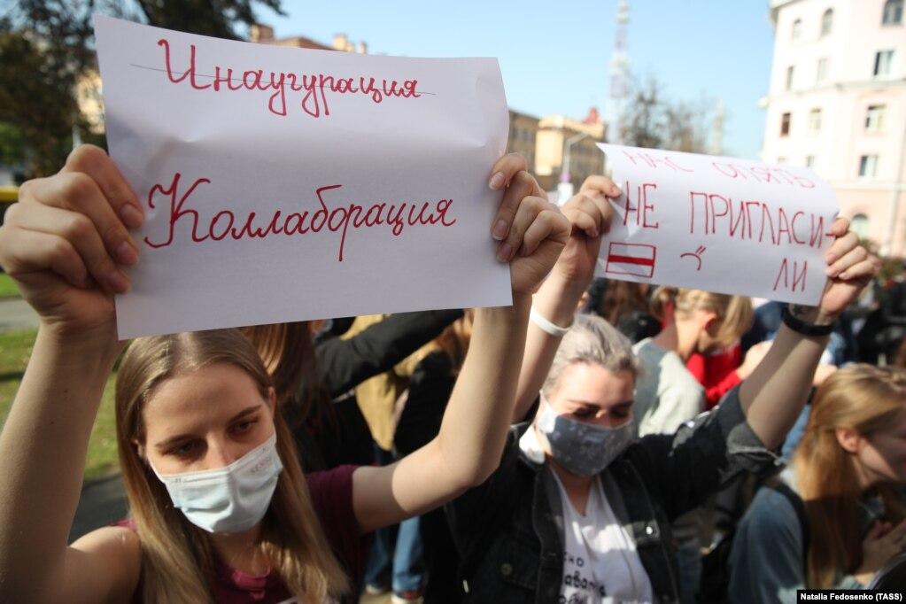 Дівчина тримає у руках плакат:«Інавгурація – Колаборація»