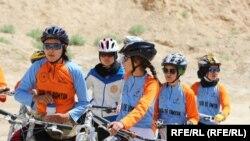 دخترانی که در مسابقات بایسکلرانی در ولایت بامیان اشتراک کرده اند