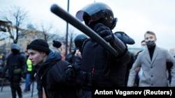 Policija privodi učesnike protesta podrške Navaljnom u Sankt Peterburgu, 21. april