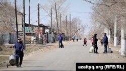 Жители на улицах села Приречное. Акмолинская область, 21 апреля 2021 года.
