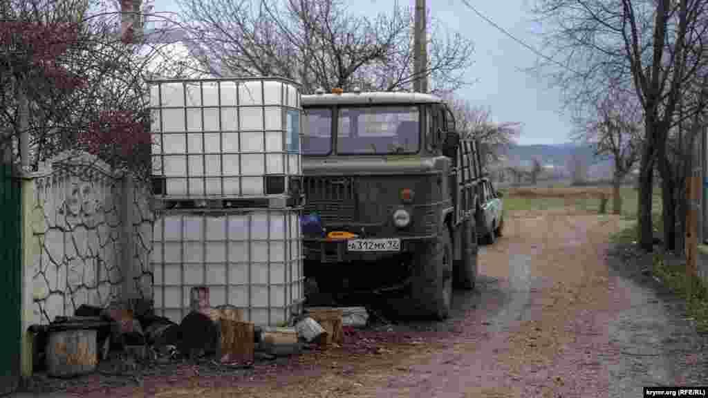 Dağ etegindeki köy içün eñ müim şeyler – suv içün savutlar ve eski GAZ-66
