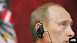 Российский президент в своей поездке избегает политики и говорит об экономике