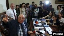 Ректор ЕГУ Арам Симонян в своем кабинете беседует с журналистами, Ереван, 29 мая 2018 г․