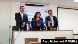 مدير صحة السليمانية ميران محمد (يسار)، وممثلة المجلس العربي للاختصاصات الصحية في العراق لوجين الخزرجي، و احد الاطباء المختصين بالطب الاسري، يتحدثون في السليمانية