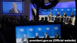 Президент України Петро Порошенко (другий праворуч) під час дискусії із президентом Польщі Анджеєм Дудою (праворуч), президентом Литви Далею Ґрібаускайте та нідерландським економістом Віктором Хальберстадтом в рамках засідання Всесвітнього економічного форуму в Давосі, 26 січня 2018 року