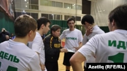Тренер Җәмил Шәрипов һәрберсенә аерым күрсәтмә бирә