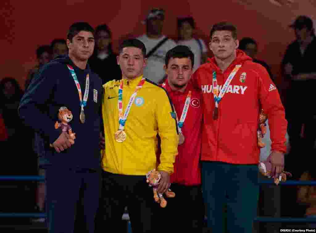 Бекарыс Садуақас жасөспірімдер олимпиадасының тұғырында. Ол 2017 жылы Бішкекте өткен кадеттер арасындағы (18 жасқа дейінгі спортшылар) Азия чемпионатында да жеңіске жеткен.