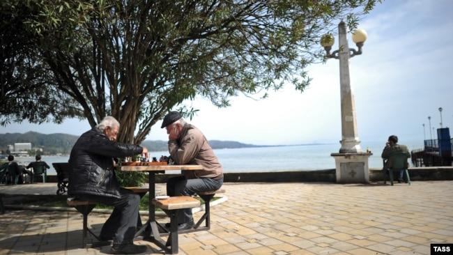 Сухуми, местные жители играют в шахматы