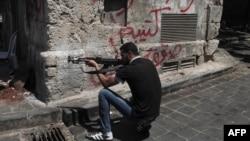 Սիրիացի ապստամբը դիրքավորվում է Հալեպի փողոցներից մեկում, 3-ը օգոստոսի, 2012թ.