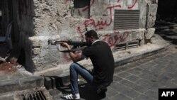 Pripadnik sirijskih pobunjenika, Alep, avgust 2012.