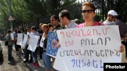 Armenia - A demonstration against businessman Ruben Hayrapetian outside the parliament building in Yerevan, 4Jul2012.