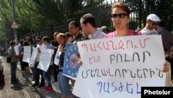 Armenia - A demonstration against businessman Ruben Hayrapetian outside the parliament building in Yerevan, 4Jul2012.