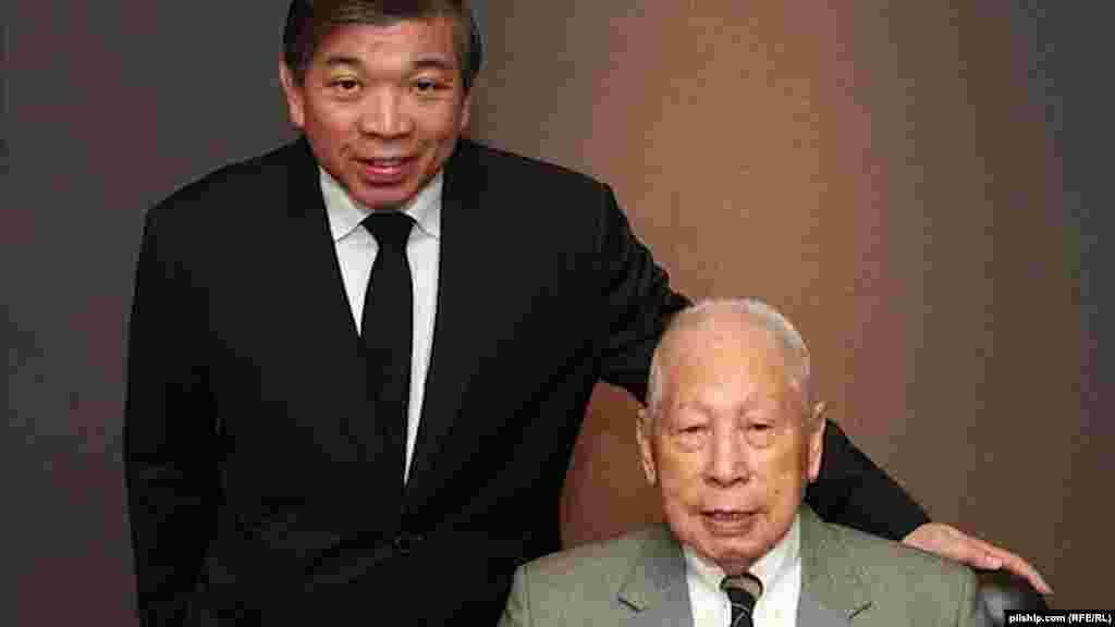 Әлемдегі ең кәрі миллиардер Қытайда тұрады. Pacific International Lines компаниясының иесі, жасы жүзге келген Чжан Юньчжунның байлығы - 2,2 миллиард доллар.