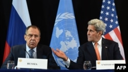 АҚШ мемлекеттік хатшысы Джон Керри (оң жақта) мен Ресей сыртқы істер министрі Сергей Лавров. Мюнхен, 12 ақпан 2016 жыл.