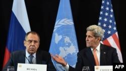 Arkiv - John Kerry, në të djathtë, dhe Sergei Lavrov, gjatë një konference të përbashkët më 12 shkurt 2016