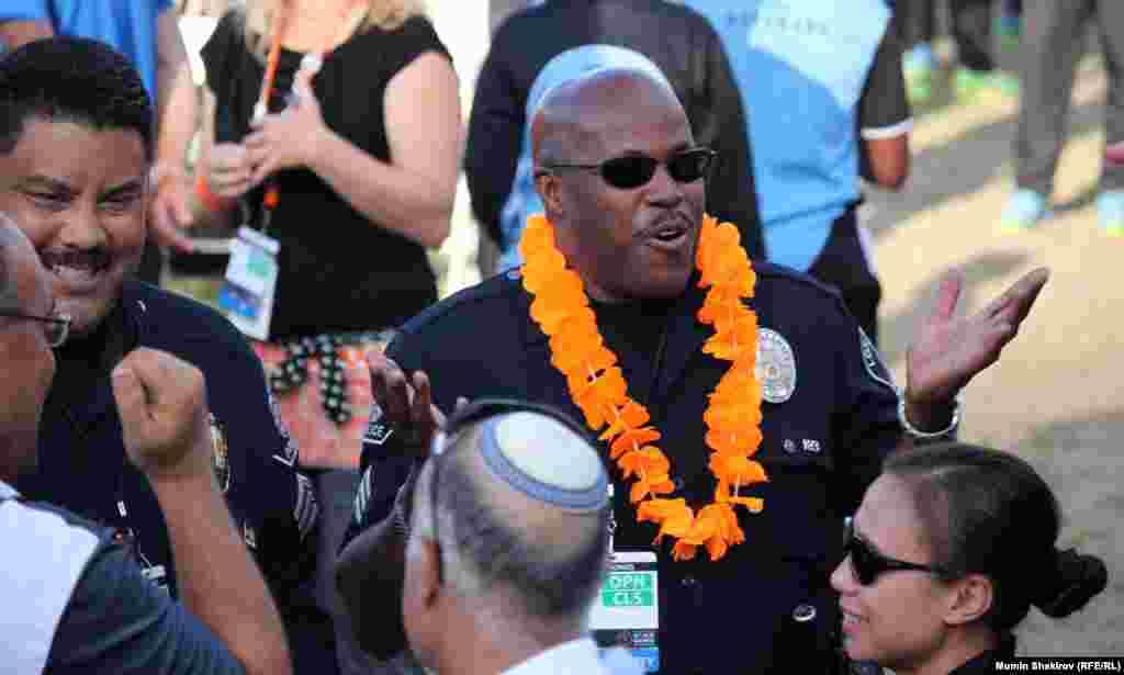 Полицейские Лос-Анджелеса вручали медали победителям соревнований