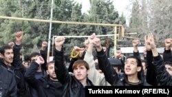 تجمع شماری از افراد مذهبی در مقابل وزارت آموزش و پرورش آذربایجان در اعتراض به طرح ممنوعیت حجاب
