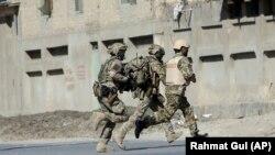 "Kabuldaky hüjümiň yz ýany, NATO-nyň esgerleri ""Shamshad TV"" telekanalynyň öňüne barýarlar. 7-nji noýabr, 2017 ý."